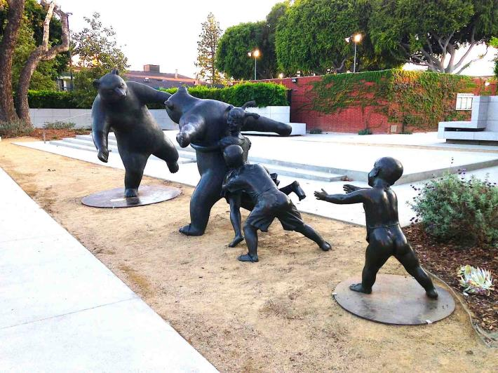 City Installs Bronze Outdoor Sculptures by Artist Wang Dalong: 'The Game'